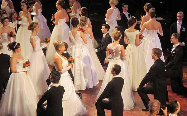 3rd Russian Debutante Ball - Debutantes & Gentlemen kneel