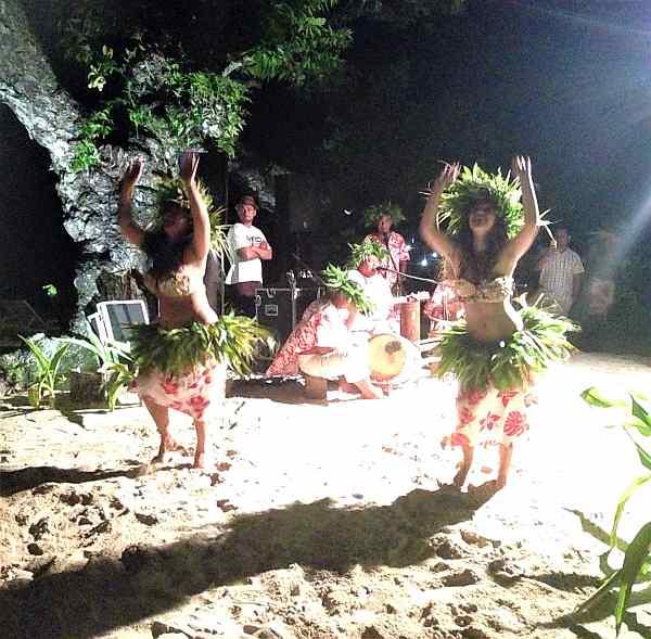Dancing ladies in Huahine